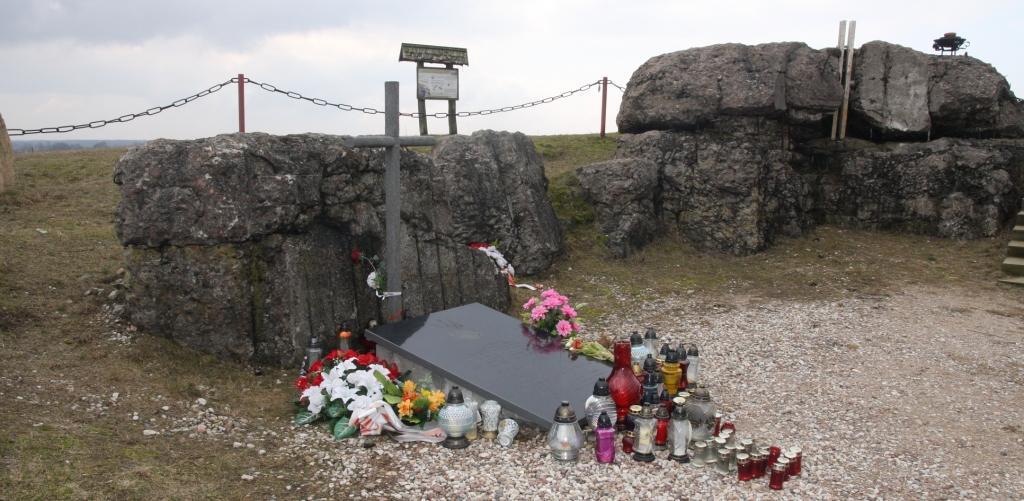 Grób kpt Władysława Raginisa w ruinach bunkra na Górze Strękowej.